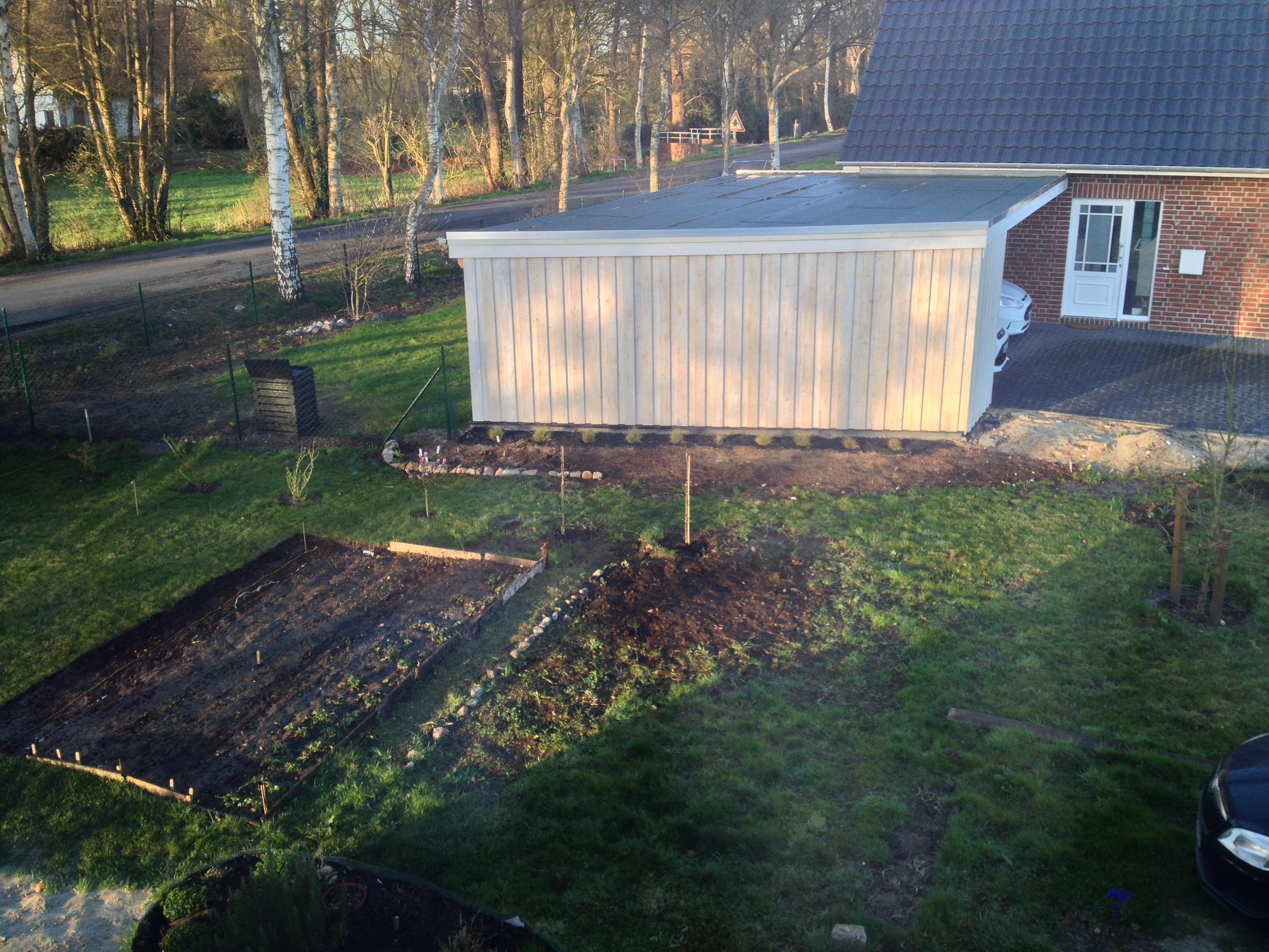 Ich habe einen Kiesgarten vor Nachbars Carport angelegt.
