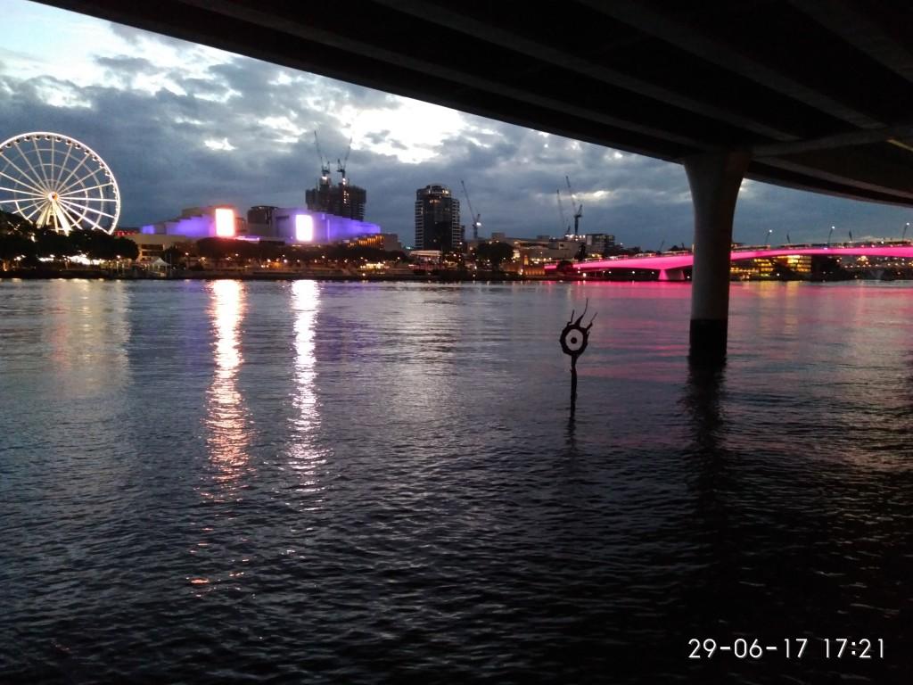 Der Fluß in der Abenddämmerung.