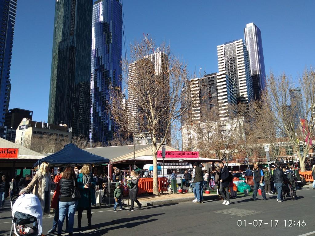 Der Queen-Victoria-Markt in Melbourne - mitten zwischen Wolkenkratzern. Hier ist es um diese Jahreszeit viel kälter als in Brisbane. Fühlt sich wie ein windiger Herbsttag in Boston an. Ich freue mich über meine Kapuze.