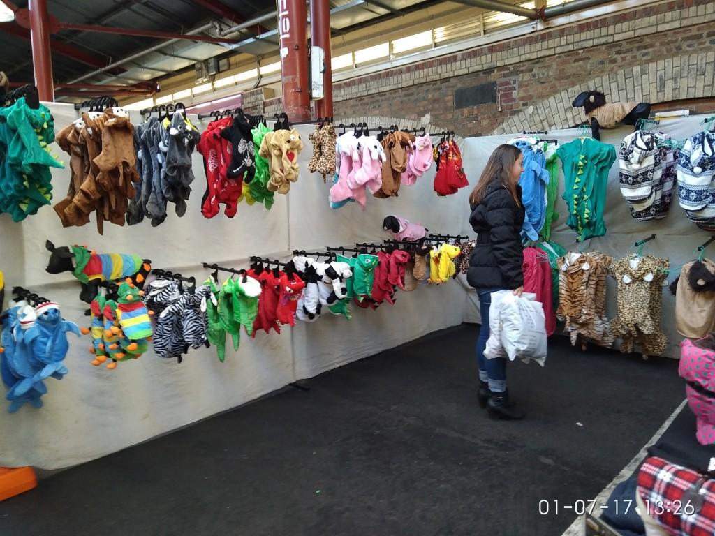 Auf dem Queen Victoria-Markt kann man fast alles kaufen. Auch Hunde-Kleidung.
