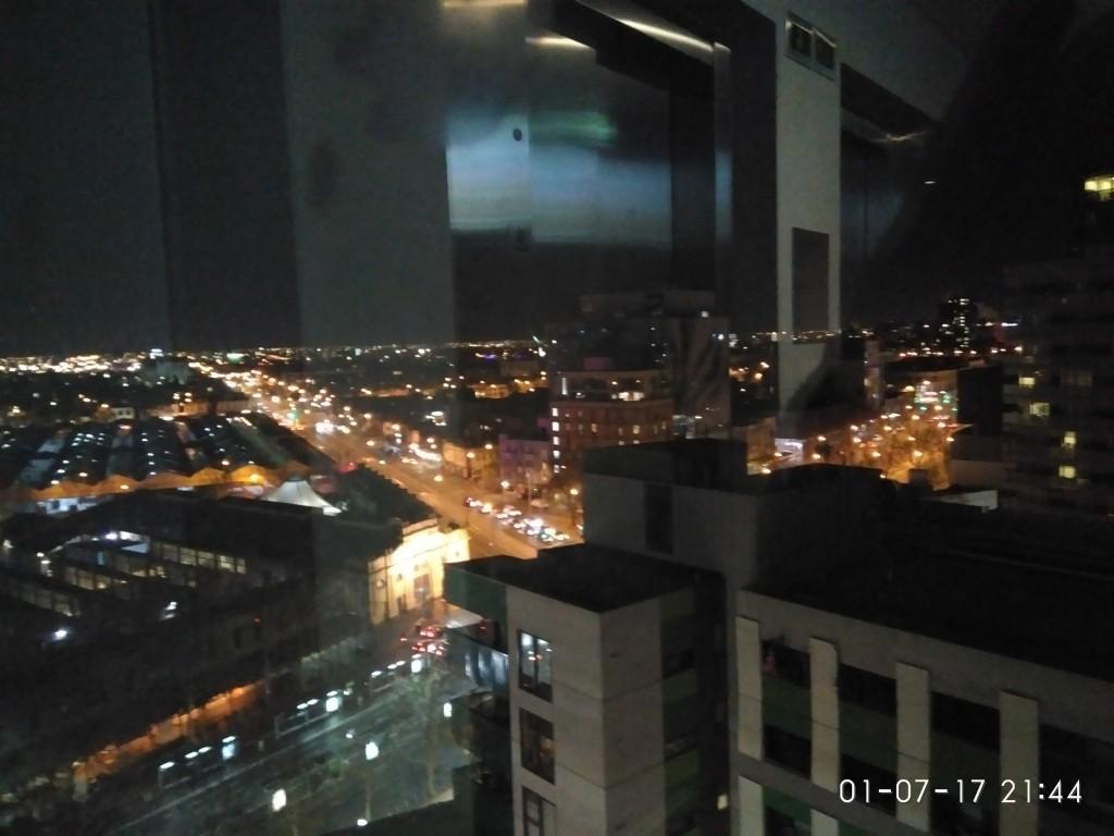 Blick aus dem bodentiefen Fenster des Mercure abends...