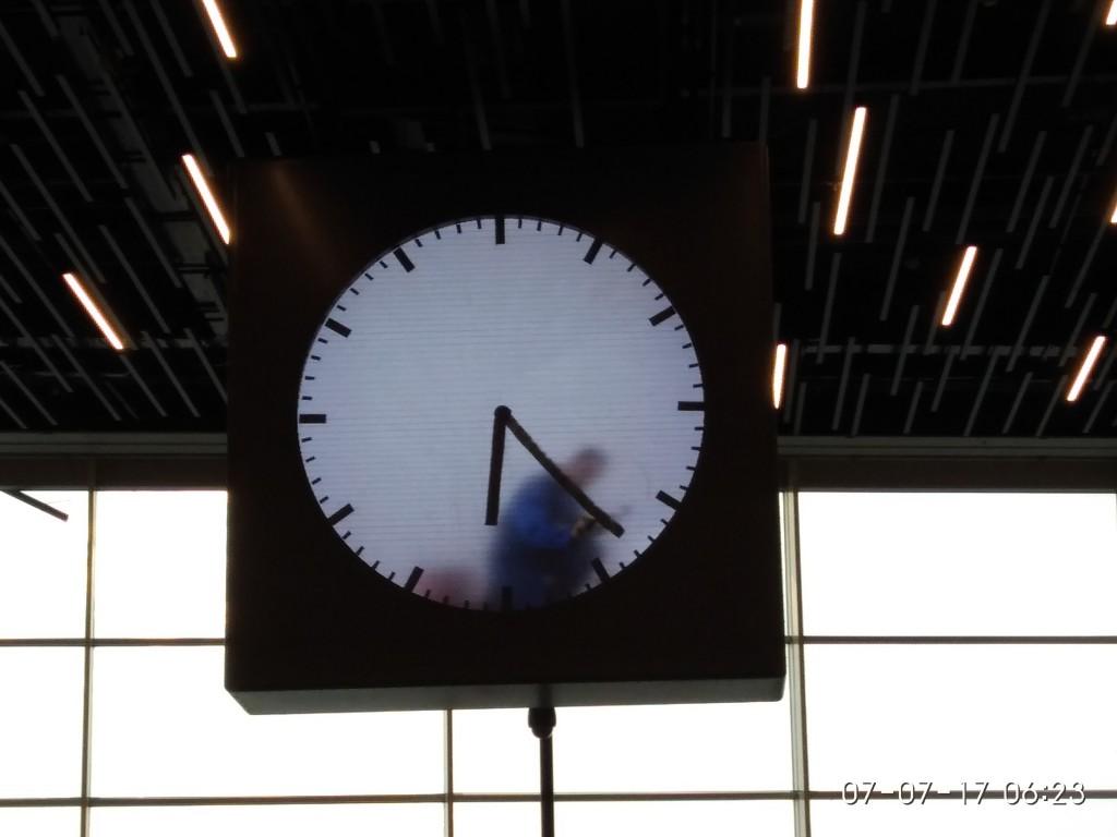 In Amsterdam gibt es eine Uhr, deren Zeiger jede Minute neu gemalt werden.  Ok, der Mann in der Uhr ist vielleicht nicht echt. Oder echt und nicht life.